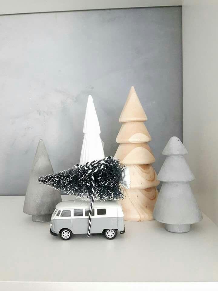 Tannenbäume aus Holz, die etwas andere Weihnachtsdekoration mit Spielzeug Bulli... #holzideen