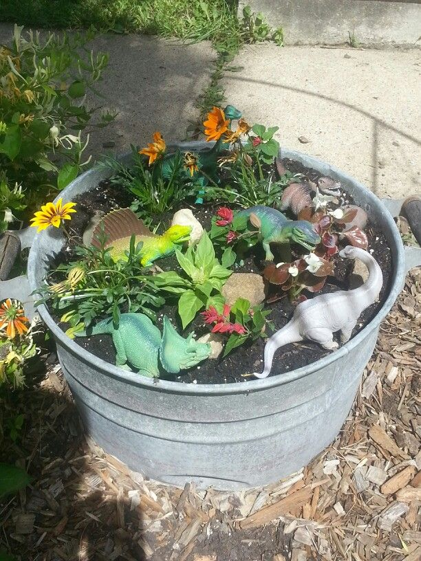 My dinosaur garden stomps on you fairy garden! ) Craft/Activities - jardines con llantas