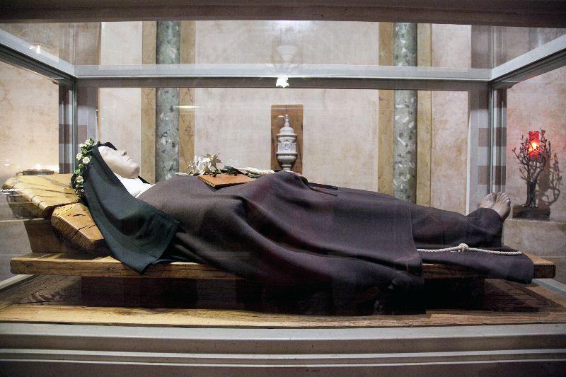 Cuerpo incorrupto de Santa Clara de Asís con tratamiento de cera muchísimos años después de su muerte.. Se encuentra en la Basílica de santa Clara de Asís.