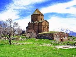 Akdamar Kilisesi ise benim için bir harika. Van Gölü içersindeki Akdamar Adası'nda bulunan kilise Kudus'ten İran'a ordan da Van yöresine kaçırılan Hakiki Haç'ın bir parçasını korumak üzere MS 915 921 tarihleri arasında inşa edilmiştir. Kızıl Andezit taşından yapılan kilisenin dışı hayvan bitki motifleri ve Kutsal Kitap'tan sahnelerle bezetilmiştir. Bu yönü ile eşsiz olan kilise Ermeniler içinde çok önemlidir.