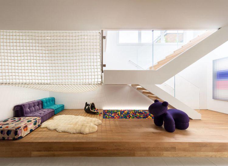Wand und Deckenverkleidung aus Holz in einem modernen