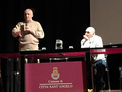 200 studenti dellIstituto B.Spaventa nel teatro di Città Sant Angelo incantati da Marco Patricelli