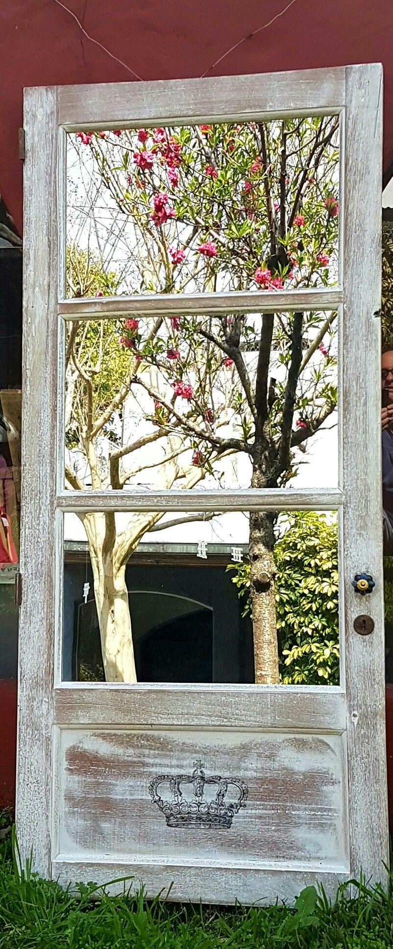 Puerta Antigua restaurada con espejos