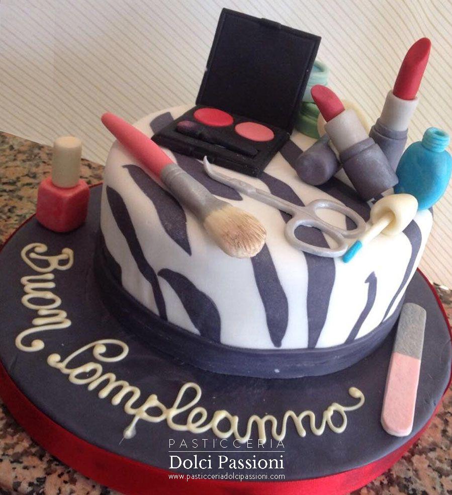 Torta di compleanno per una estetista con trucchi e strumenti di lavoro