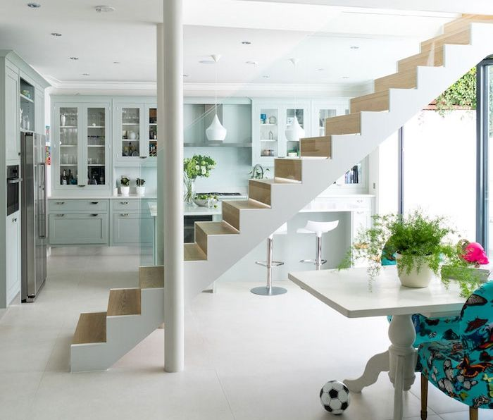 Separation Cuisine Salon Par En Escalier, Cuisine Sous Terrain, Façade  Couleur Vert Menthe, Bar Blanc Avec Chaises Stylées