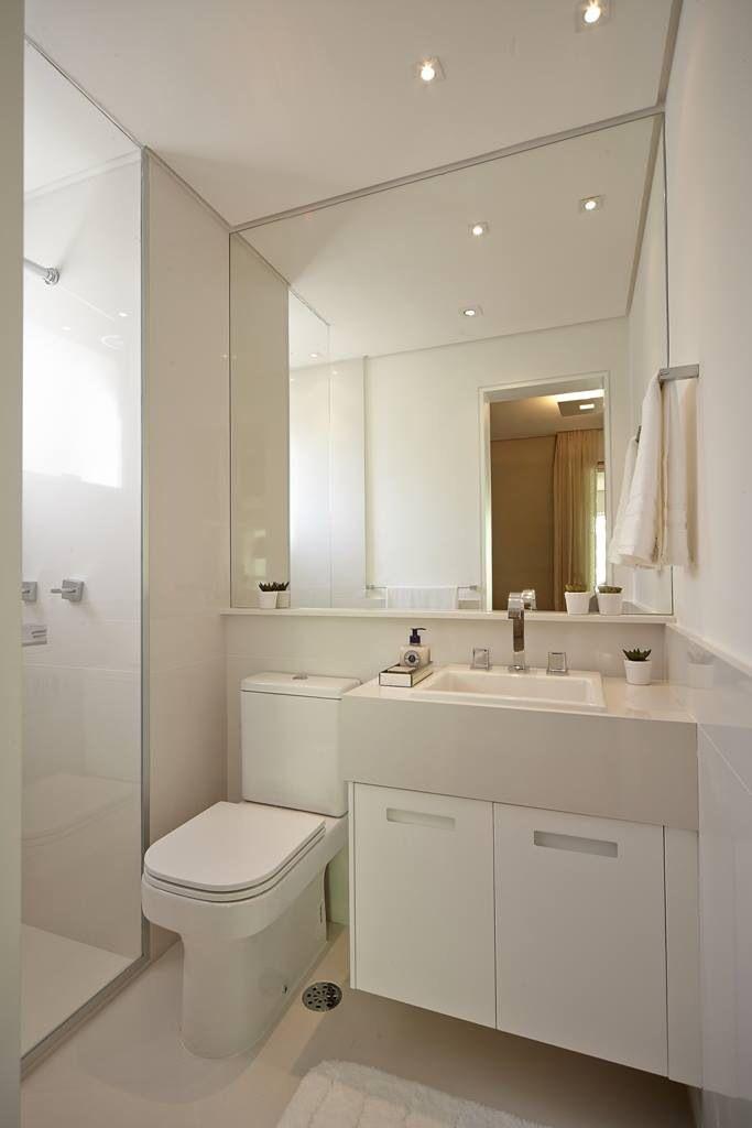 Banheiro simples e pequeno com espelho grande sweet for Fotos de apartamentos bonitos