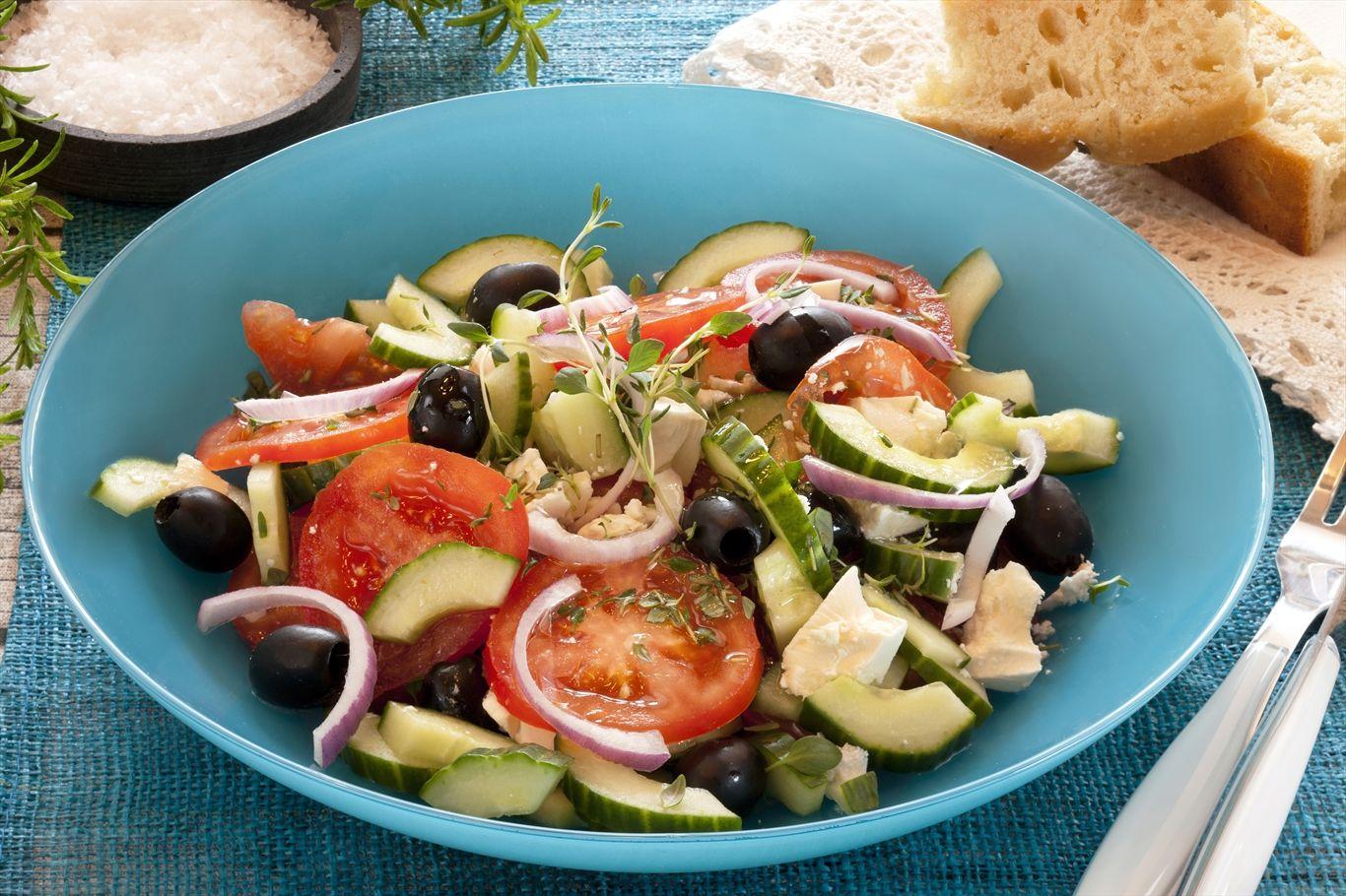 For mange er gresk salat et herlig ferieminne, og salaten lager du lett selv. Den passer til omtrent all slags mat - også som en egen liten smårett med godt brød til.