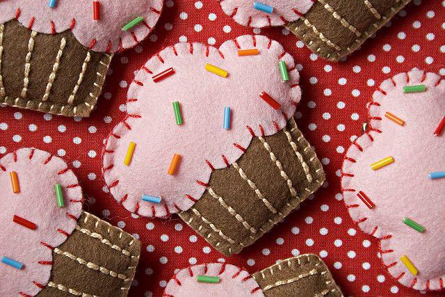 die besten 25 filz cupcakes ideen nur auf pinterest gr ne wolle fuchs kopf und alien kost m. Black Bedroom Furniture Sets. Home Design Ideas