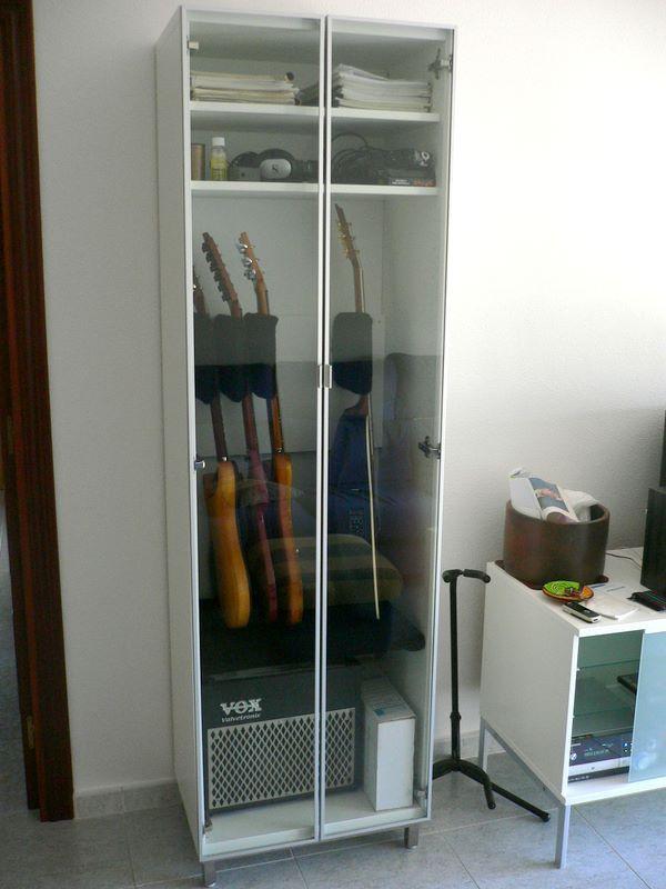 Pin de sharim bernal en sala vitrina para guitarra for Guitarras para ninos casa amarilla