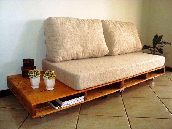 sof rustico feito de pallets com acento e almofadas