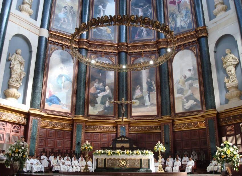 San Salvador Cathedral interior. Interior de Catedral de San Salvador.  San ...