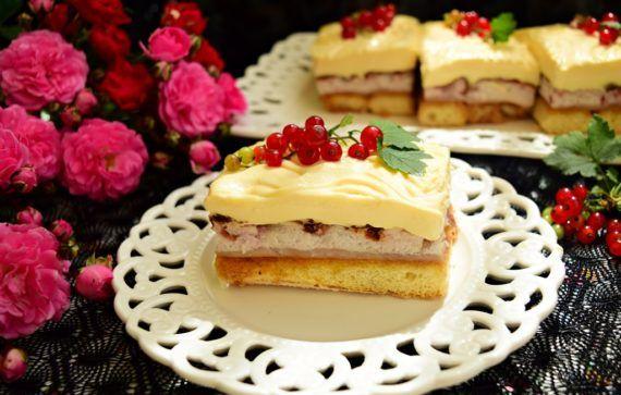 Prăjitura cu spumă de trandafiri și cremă de lămâie