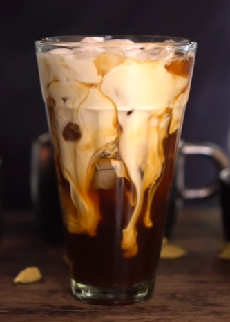 La recette du café glacé chai, à boire absolument cet été !4.5 (90%) 2 votes Les amateurs de café peuvent en boire toutes les saisons. Mais en été, l'idéal est de se rabattre sur le café glacé. Voici donc une recette proposée par Hervé Cuisinedu café glacé version chai. Les ingrédients: Du café Quelques gousses …