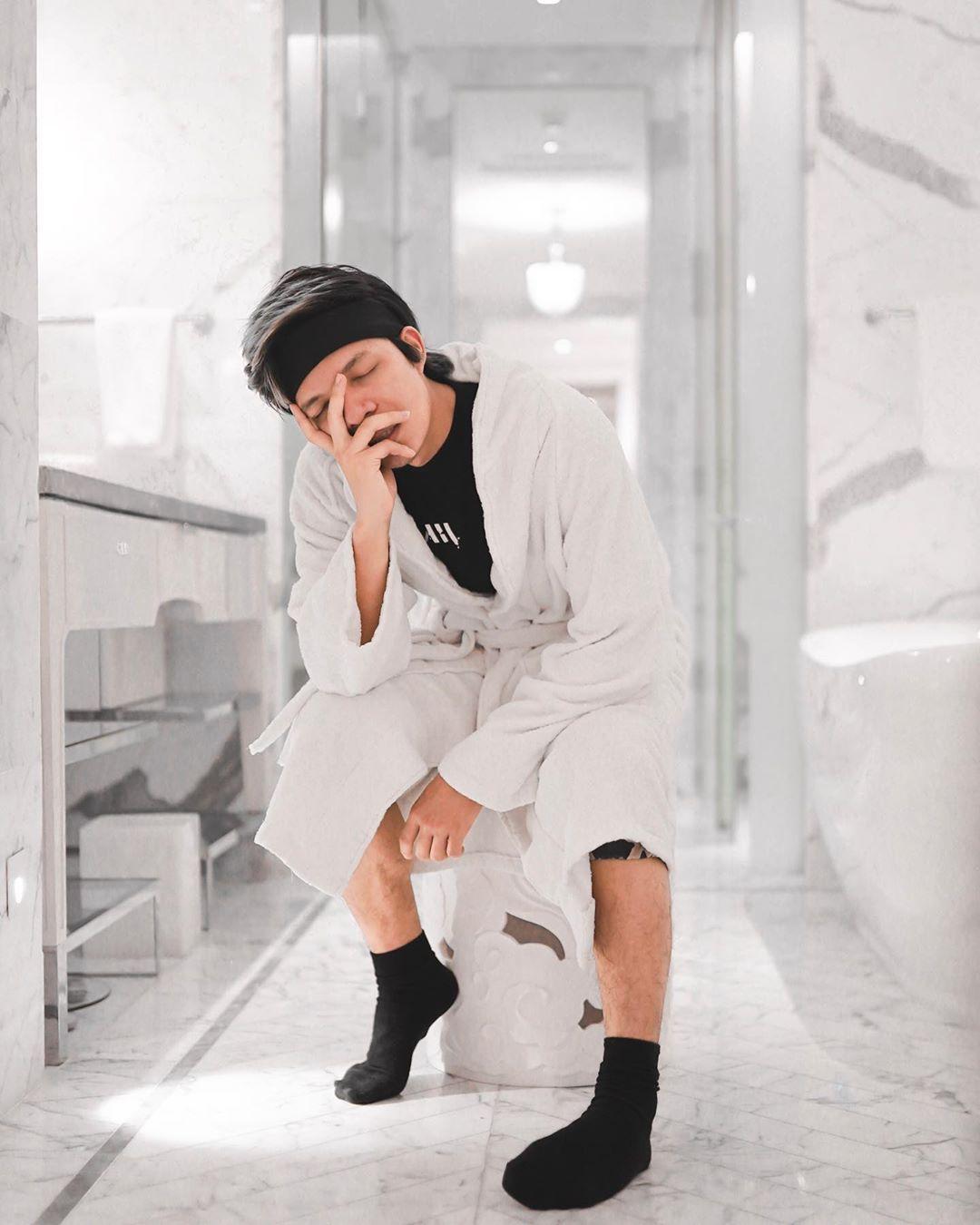 """Atta Halilintar on Instagram: """"Ada caption yang pas buat photo ini? 😏❤️ - Hotelnya unik banget sampe dikamar mandi aja bisa jadi spot foto menarik.  Kalian bisa juga beli…"""""""