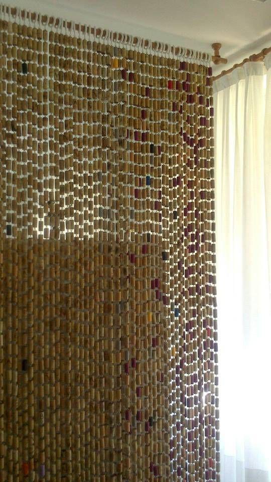 Una cortina hecha de corchos de botella | Corchos, Tapon y Cortinas