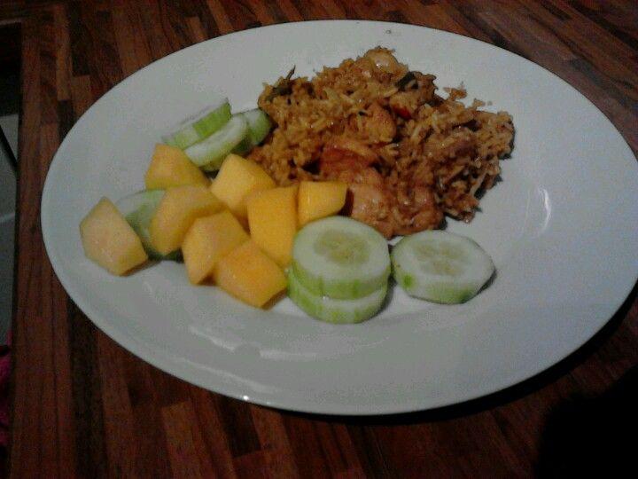 Nasi met komkommer mango salade