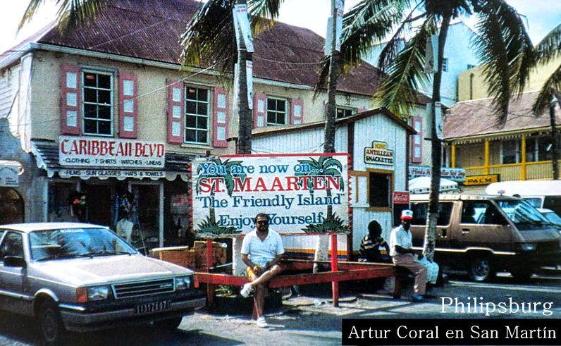 ARTUR EN LA ISLA DE SAN MARTIN. Artur visita Philipsburg, la capital del lado holandés de St. Maarten, una isla del Caribe dividida en dos bandos, el holandés y el francés (Saint Martin). Los buscadores de gangas acuden en masa a las tiendas libres de impuestos y ventas libres de impuestos del largo distrito comercial de Philipsburg. Los visitantes también disfrutan de las galerías de arte de la ciudad,... (Por Vivienne Ducci).