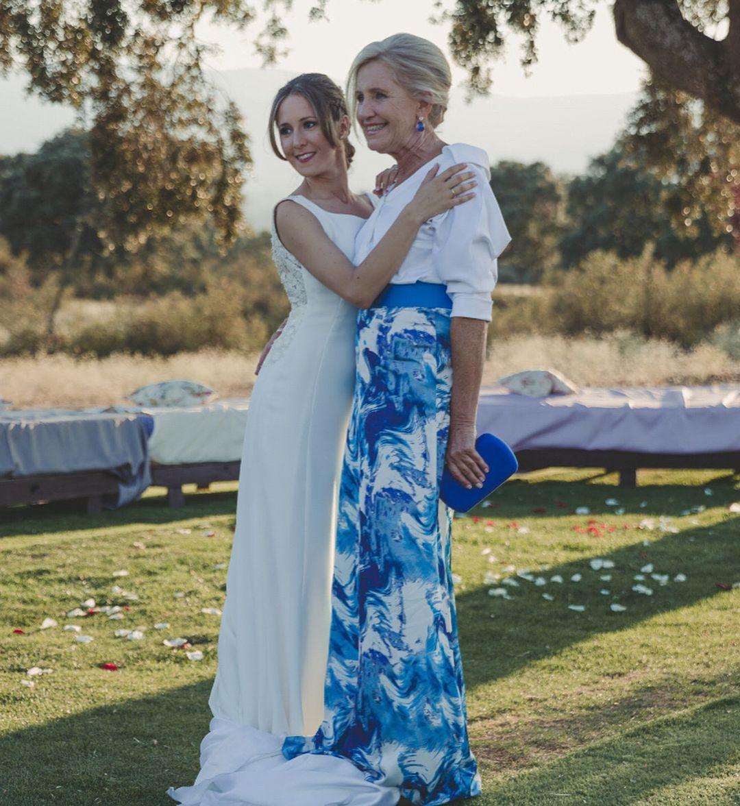 Vestido de novia y tocado👰🏼👑 #CMmayz • Conjunto de la madre de la ...