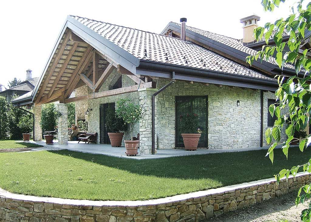 Tetto in legno lamellare a piu 39 falde che si intersecano for Ville con portico in legno