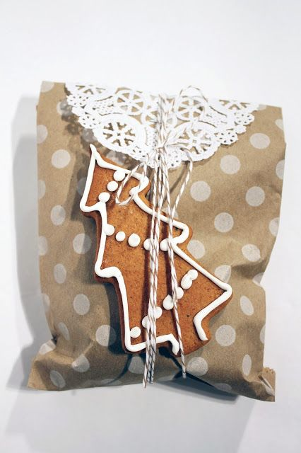 Cute creative wrapping #brownpaper #string #gingerbread