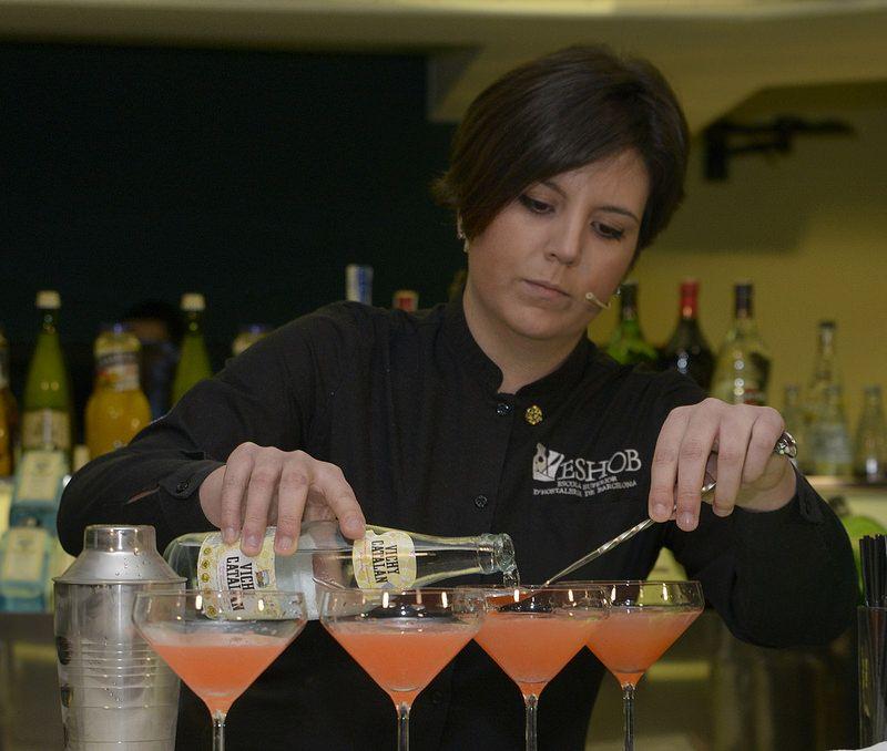 Raquel Rodriguez, elaborando uno de los c´coteles en el Concurso de Coctelería Vichy Catalán