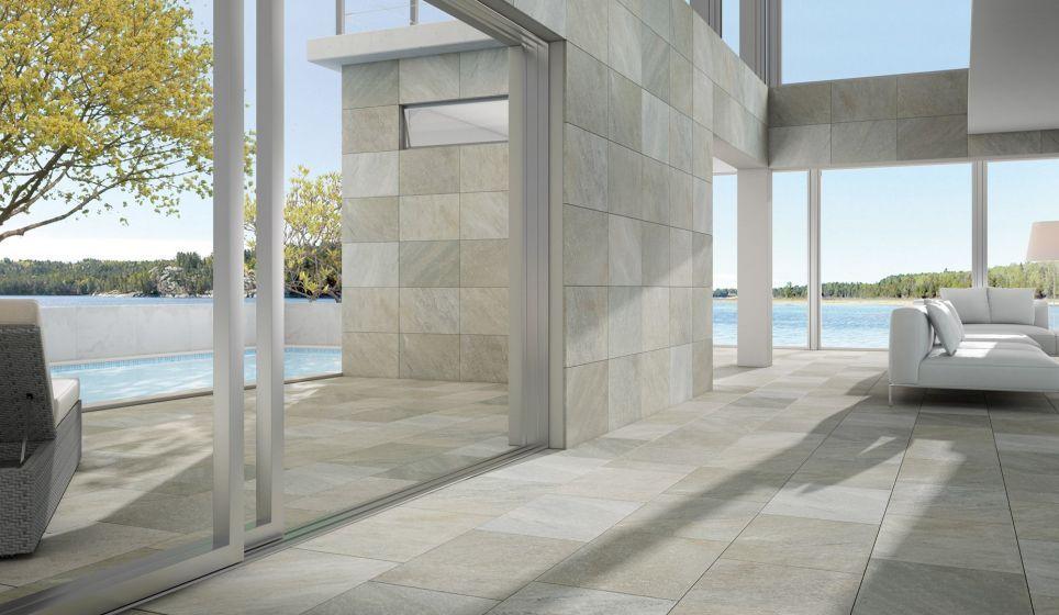 Luxe en moderne woonkamer met natuursteenlook tegels. woonkamer