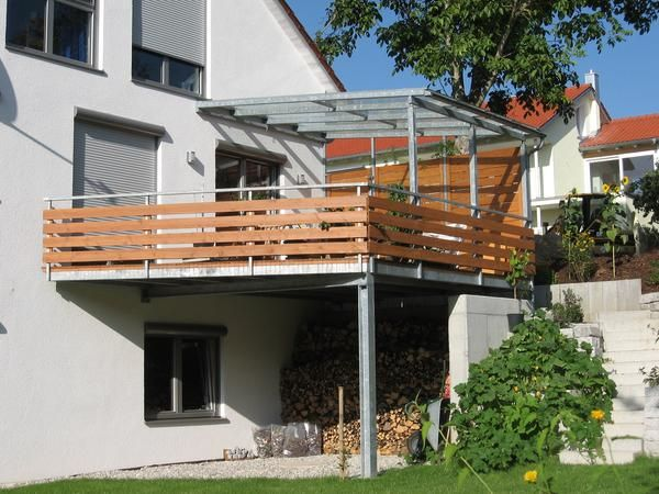 Balkonanbau in verzinkter Ausführung mit Geländer und teilweiser                          Überdachung mit Verglasung #balconycurtains