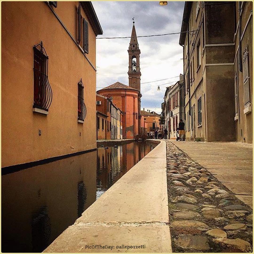 L'acqua che riflette la città... La #PicOfTheDay #turismoer di oggi ci porta a scoprire le vie secondarie del centro di #Comacchio. Complimenti e grazie a @allepozzetti \ The water that reflects the city... Today's PicOfTheDay leads us to discover the inner streets of Comacchio's city center. Congrats and thanks @allepozzetti