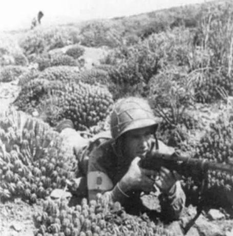 'Tiradores de Ifni' al inicio d guerra 1957, fusiles d 7 mm, resto d ejército armamento d 7,92 mm. Los tiradores contaban con mosquetones Mauser 1916, ametralladoras Hotchkiss 1914 y subfusiles Schmeisser MP-28, granadas italianas d guerra civil (Breda y similares). Luego se pasa al calibre 7,92 mm para uso x las restantes unidades desplegadas en África Occidental Española (también fueron suministradas a 'Tiradores de Ifni'): metralletas Coruña-ERMA/Vollmer de 9 mm Largo.