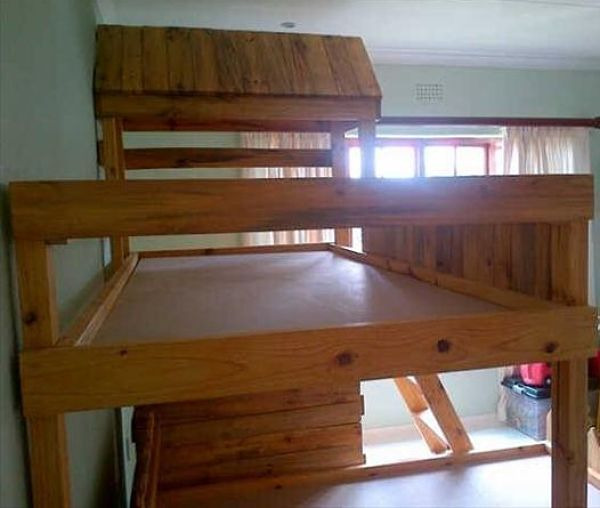Cama doble para ni os hechas con palets muebles hechos - Muebles de jardin hechos con palets ...
