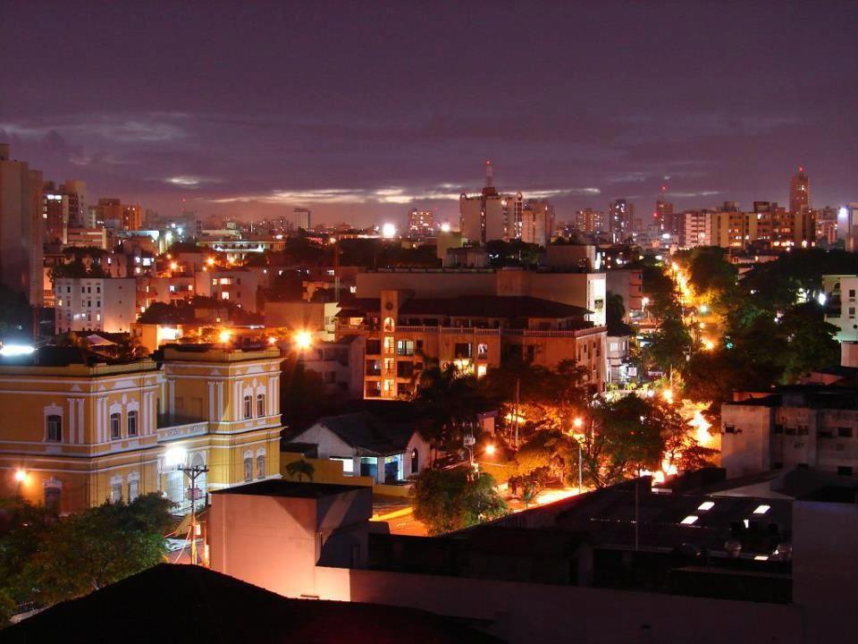 Colombia - vista de noche de la ciudad de Barranquilla, Atlántico.