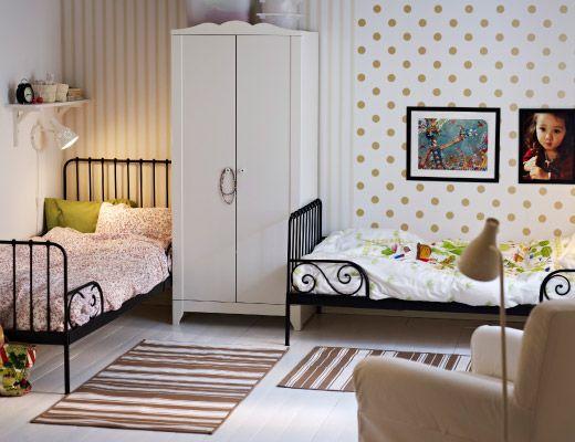 ein m dchenzimmer umger umt damit zwei ausziehbare minnen bettgestelle in schwarzbraun ein. Black Bedroom Furniture Sets. Home Design Ideas