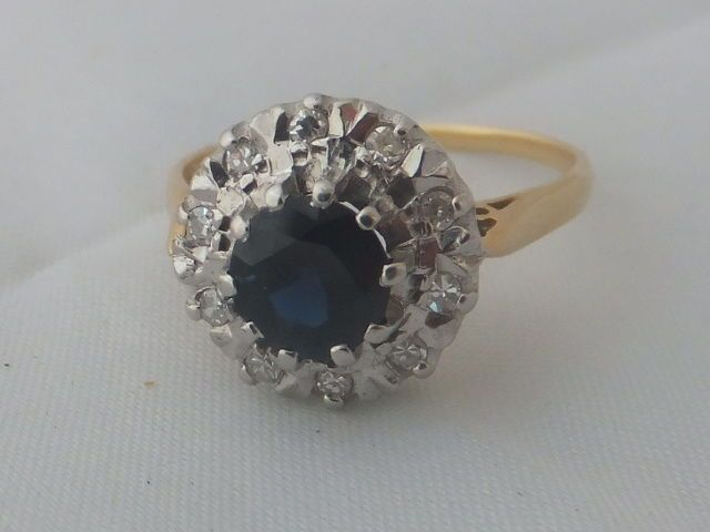 Stunning Art Deco design Sapphire and Diamond 18ct gold cluster ring