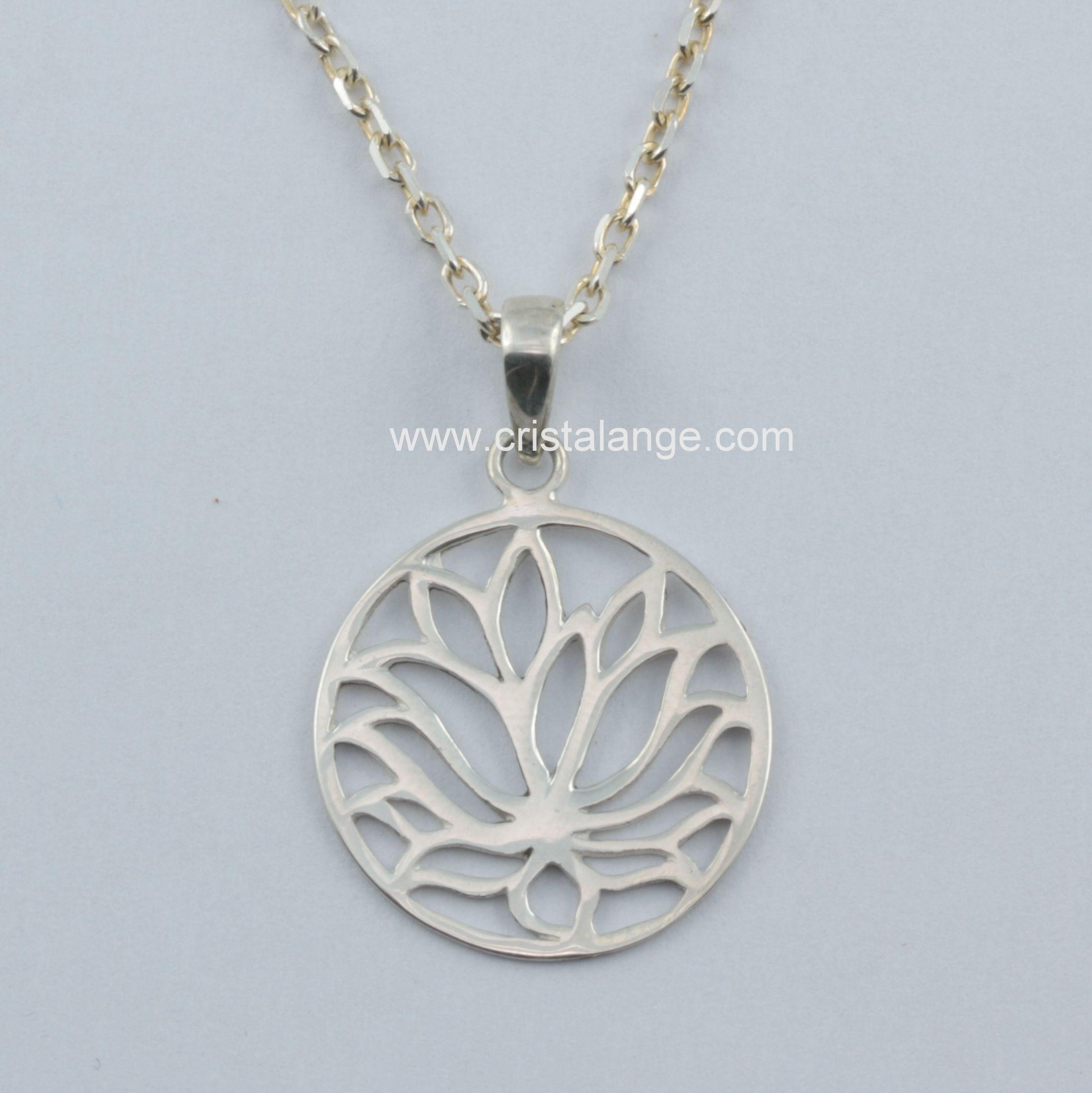 ce bijoux est un collier en argent repr sentant la fleur. Black Bedroom Furniture Sets. Home Design Ideas