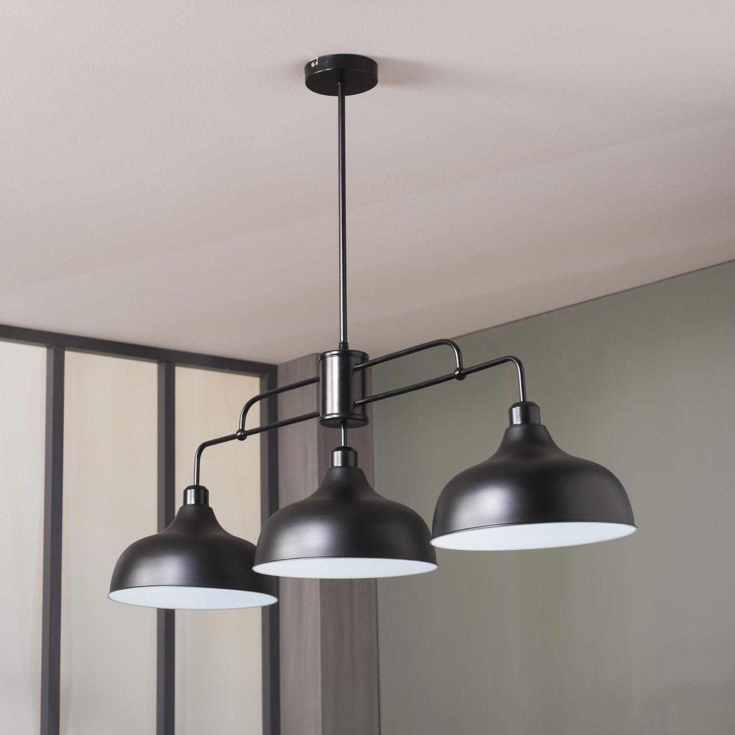 Cette suspension design adopte un style r solument for Lampe suspendu noir
