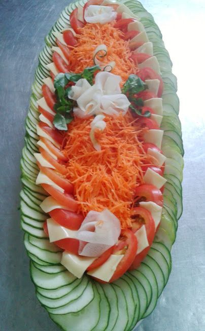 Salada mista: pepino cortado em rodela bem finas, tomate em rodela, queijo mussarela cortado em quadrados pequenos e cenoura ralada, decorad...