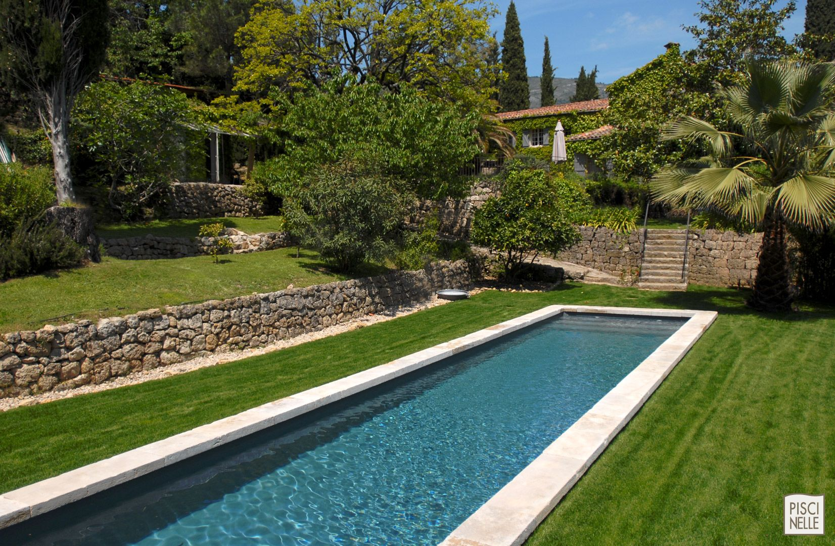 Un magnifique couloir de nage parfaitement int gr sur les restanques de provence couloirs de - Piscine bassin provencal colombes ...