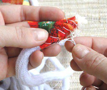 Costure a tira de chita na ponta do cordão