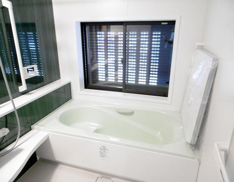 浴槽につかりながら海を眺められるよう 浴室の窓を少し低め設定し ガラスは透明に フラップフラットが開き 光と風が通る電動シャッターエアリスを採用し 外からの視線は