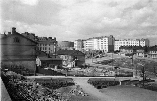 Näkymä Alppikadun ja Läntisen Alppirinteen kulmasta Helsinginkadulle vuonna 1950. (Kuva Hgin kaupunginmuseo, Eino Heinonen).