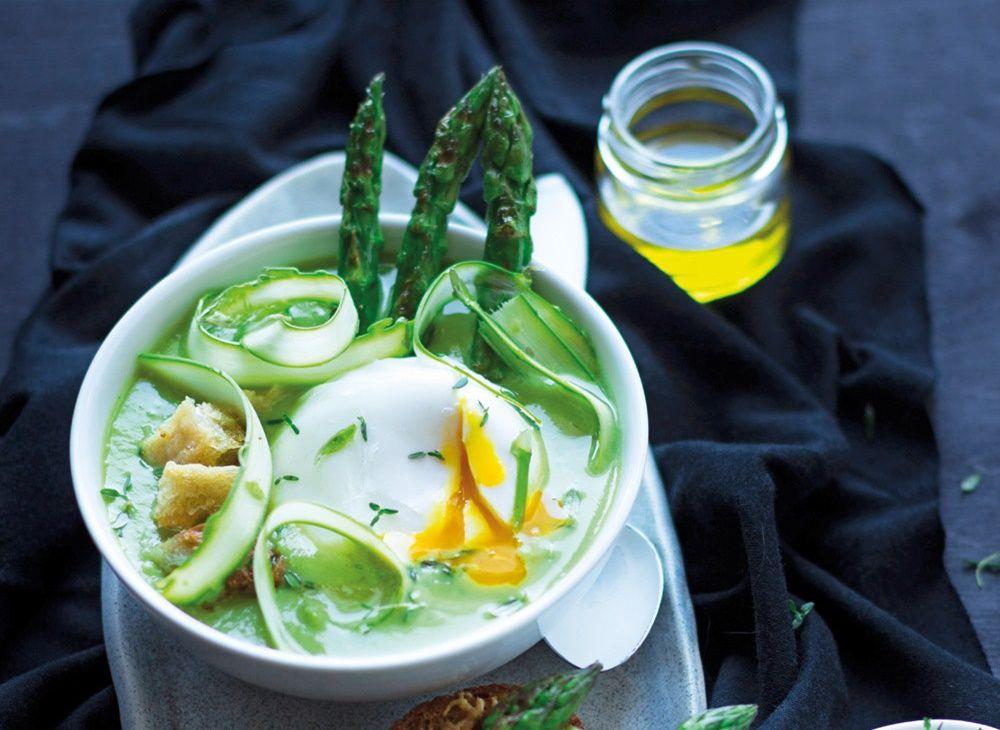 Zjadamy szparagi pod każdą postacią. Te pływające w zupie i przerobione na kremzachwycą was nie tylko smakiem, ale i konsystencją.