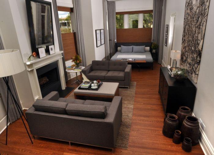 Schmales Wohnzimmer Einrichten Dunkler Holzboden Grau Moebel Bett