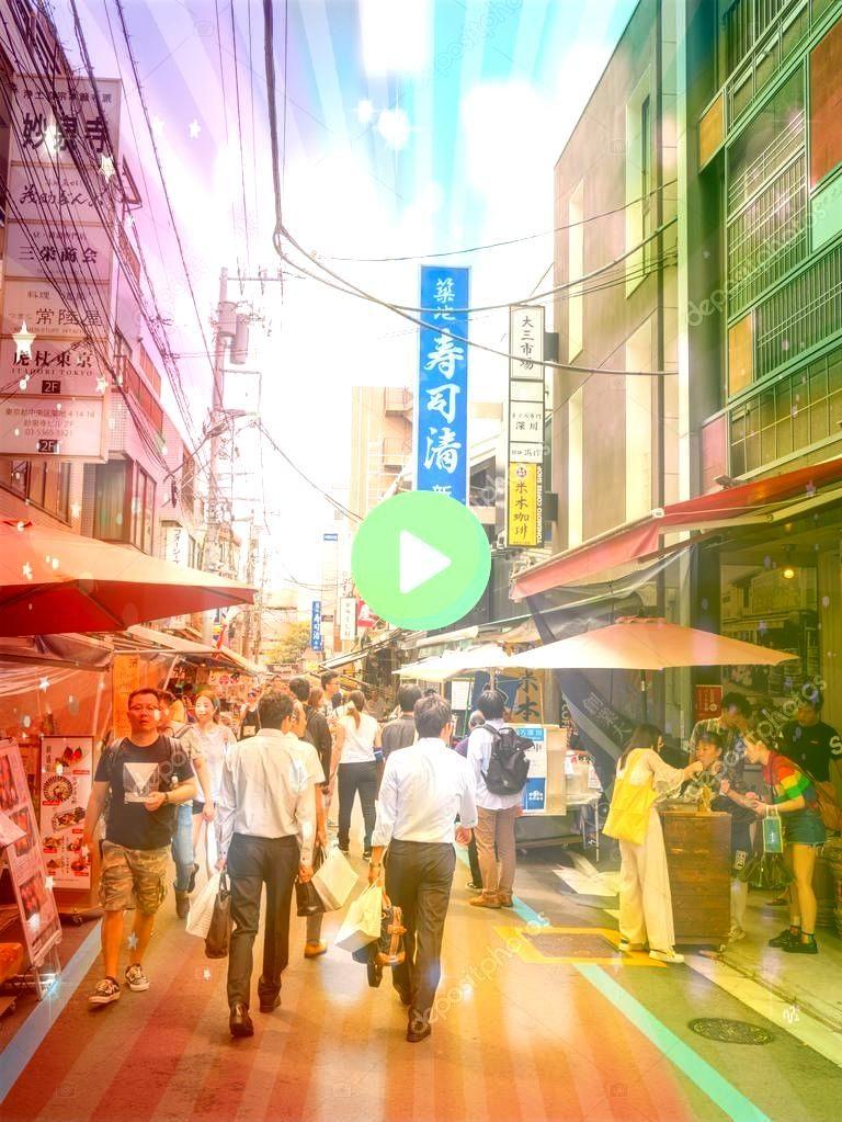 Japan  September 9 2018 Crowded streets people walking in the outer m Tokyo Japan  September 9 2018 Crowded streets people walking in the outer m  Une rue commerça...