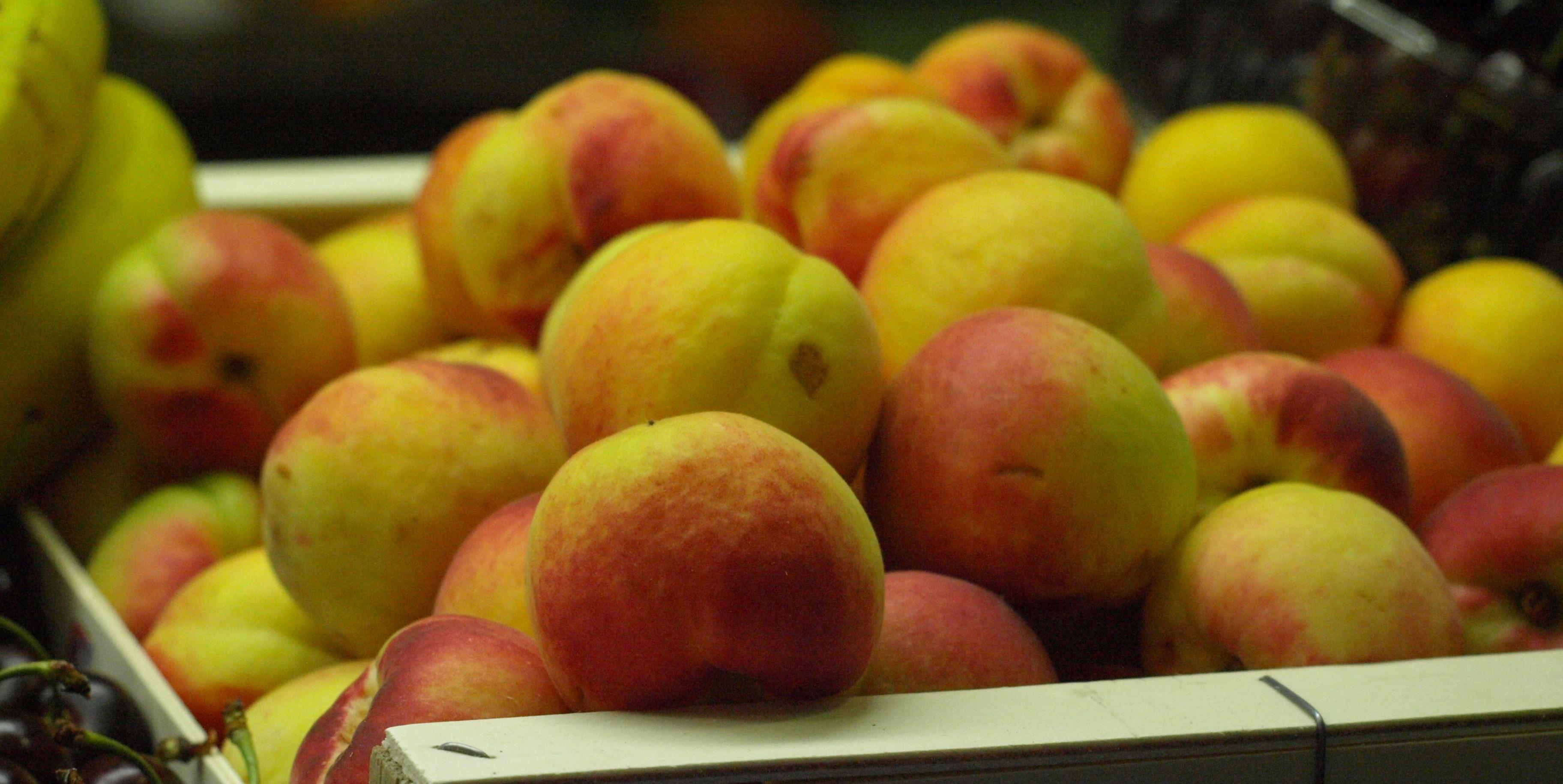 Frutas De Temporada En El Mercado Central De Zaragoza Melocotones