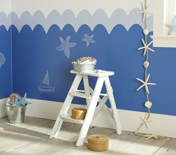 kreative maritime dekoration wei e treppe neben einer perfekt dekorierten wand kinderzimmer. Black Bedroom Furniture Sets. Home Design Ideas