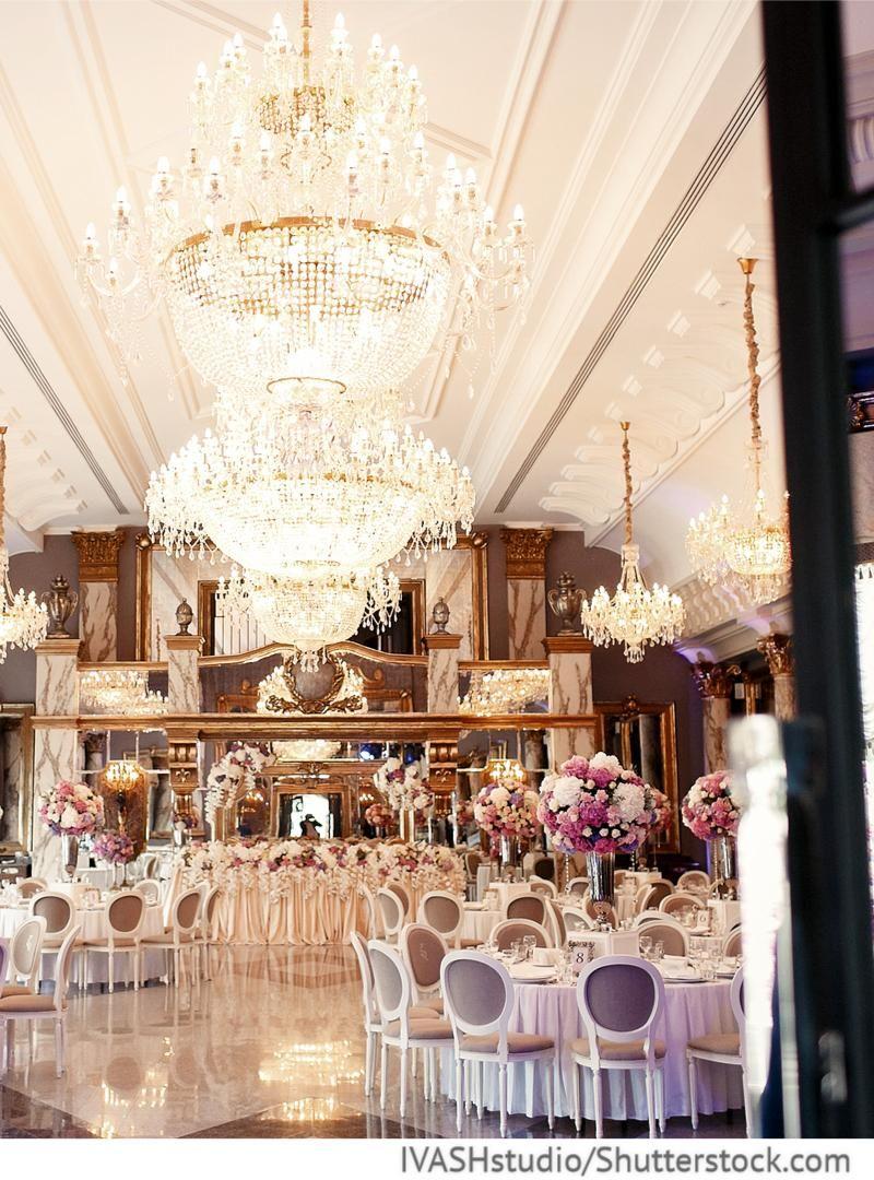 Hochzeitssaal exklusiv mit kronleuchten for Dekoration hochzeit russisch