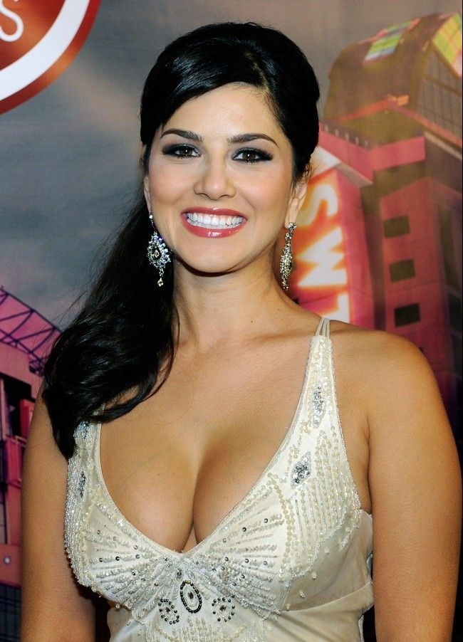 Sunny Leone Blouse - Downblouse Images & Saree Without Blouse Photos