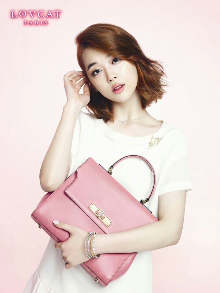 Sulli 설리 of f(x) 에프엑스 Sulli with a simple white dress and a pastel pink purse to give a pop of color.