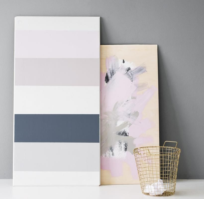 DIY: MODERNIT TAIDETEOKSET Onko kaapissasi eri sisustusprojekteista jäljelle jääneitä maalipurkin rippeitä? Modernin taulun saat maalaamalla mohair-telalla raitoja kovalevylle tai vanerille. Teippaa raitojen reunat ennen maalausta, niin saat selkeät rajat. Anna raidan kuivua hyvin, ennen kuin teippaat uudet rajat maalarinteipillä. Voit maalata telalla tai pensselillä myös vapaalla kädellä maalien jämiä, niin saat abstraktin taulun.