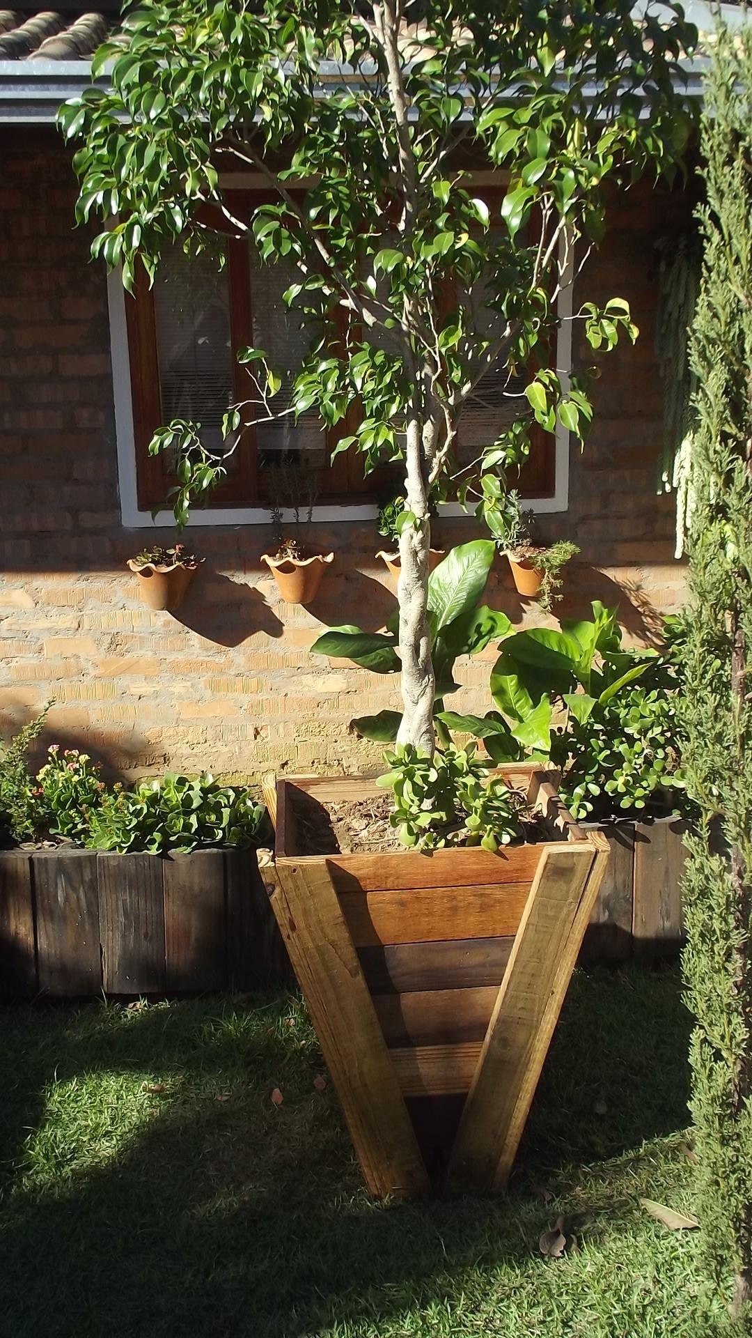 Vaso sustentável, feita com madeira reaproveitável, inspire-se. Tamanho: 58 cm de altura x 46 cm de largura e 48 cm de profundidade.